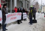 В Ханты-Мансийске перед судом митингуют родители погибших в ДТП акробатов. Судья зачитывает приговор. ФОТО