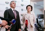 Наталья Комарова и Александр Моор навестили няганскую семью, переселившуюся из вагончика в квартиру