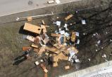 В Сургуте двое мужчин выкидывали мебель из окна арендованной квартиры