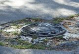 В Нефтеюганске ребенок провалился в канализационный люк