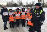 Сотрудники ГИБДД поздравили няганских автоледи с Международным женским днём. ФОТО
