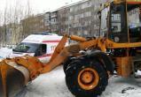 В Сургуте трактор, расчищающий придомовую территорию, сбил женщину